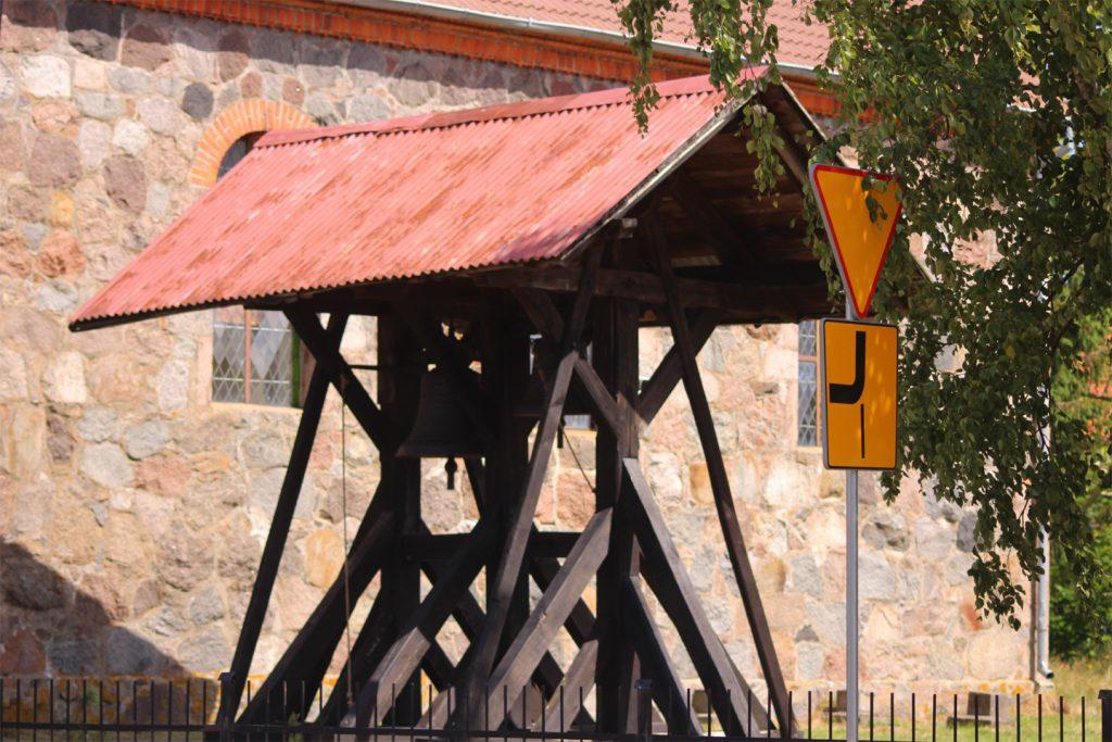 Rowy - Dzwon przy kościele