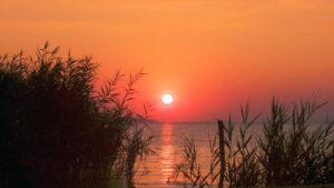 Gardna Wielka na jeziorem Gardno - wieczorem