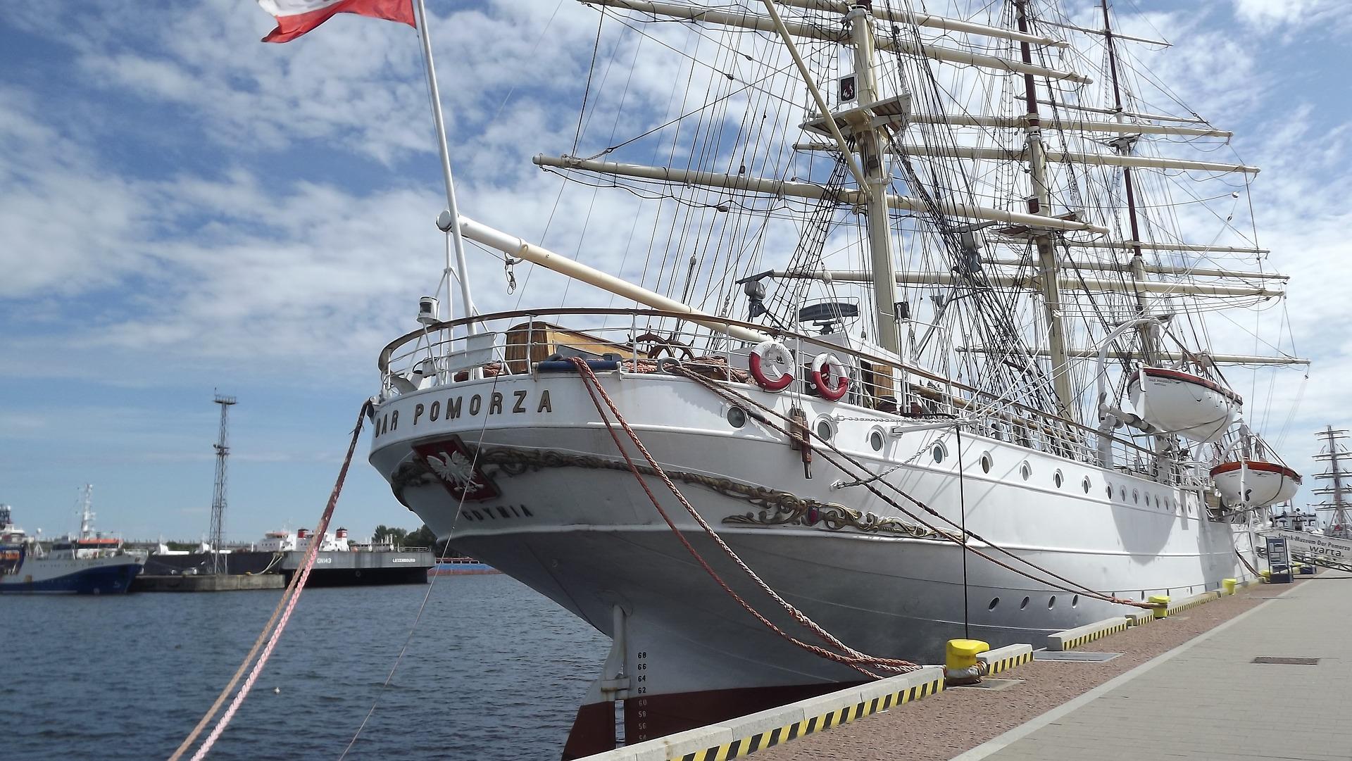Dar Pomorza - żaglowiec zacumowany przy Skwerze Kościuszki w Gdyni